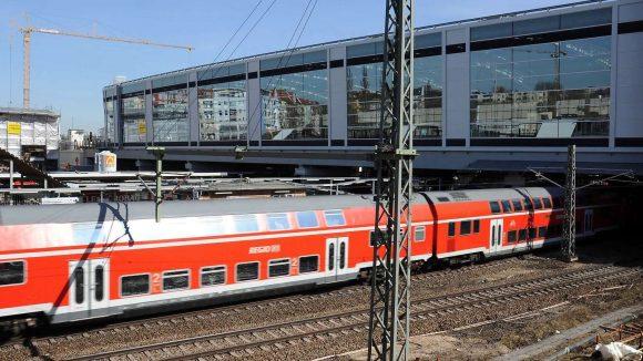 Die neue Bahnhofshalle am Ostkreuz wird Mitte April eingeweiht. Bis dahin kommt es zu Sperrungen, da die Signaltechnik angeschlossen werden muss.