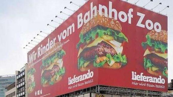 Ein Werbeplakat am Bahnhof Zoo löst Diskussionen aus.
