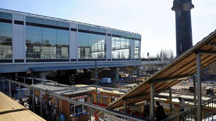 Ungewohnte Moderne am Ostkreuz: die neue gläserne Halle für die Ringbahn. Der 100 Jahre alte Wasserturm bleibt erhalten.