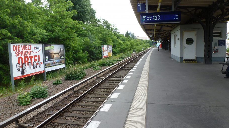 Vormittags, nach dem Berufsverkehr und vor dem Mittagsverkehr, sind die Bahnsteige noch leer.
