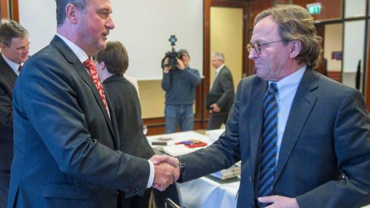 Ein Handschlag, der Berlin aufatmen lässt! Der GDL-Vorsitzende Claus Weselsky und der Personalchef der Deutschen Bahn, Ulrich Weber reichen sich hier die Hände.