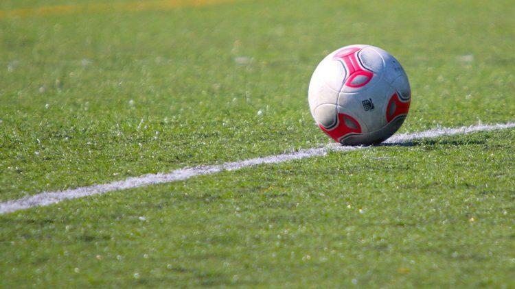 Der Ball darf auf dem neuen Kunstrasenplatz im Friedrich-Ludwig-Jahn-Sportpark dank der falschen Linien vorerst nicht rollen.