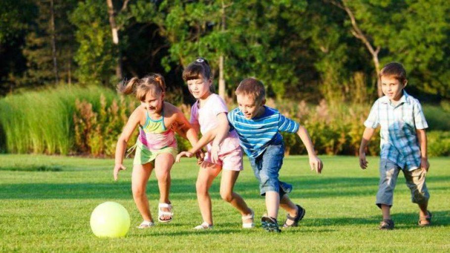 Ball spielende Kinder sind nicht überall gern gesehen.