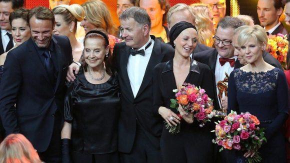 """Die ARD-Serie """"In aller Freundschaft"""" wurde vom Publikum zur beliebtesten Serie gekürt. Auf der Bühne versammelte sich ein großer Teil des Teams."""