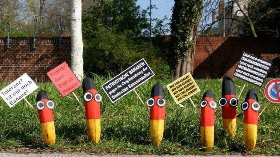 """Streetart-Künsterlin Barbara. hat unter dem Titel """"Patriotische Bananen"""" echte Südfrüchte verwendet, um Botschaften wie """"lasst euch ermahnen, Lügenbananen"""" in die Welt zu tragen."""