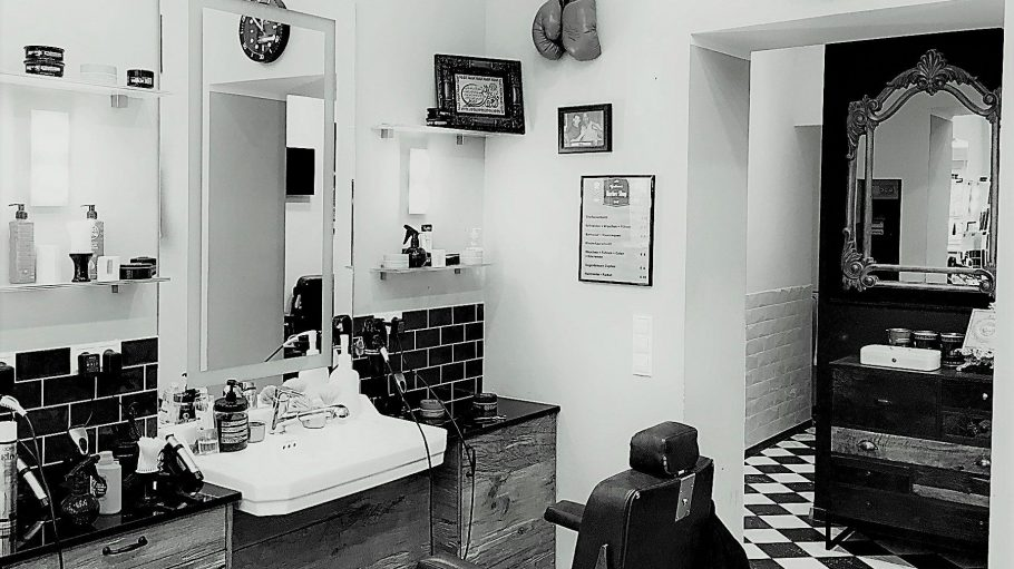 In Kreuzberg haben Barbiere dank Bart-Trend Hochkonjunktur. Gut aufgeboben bist du bei Hair-Cooles in der Urbanstraße.