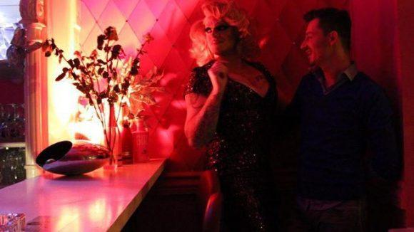 Ein Pärchen im Zwielicht. Barbie und ihr Freund sind auf einen kurzen Abstecher in der Sharon Stonewall Bar in der Kleinen Präsidentenstraße.