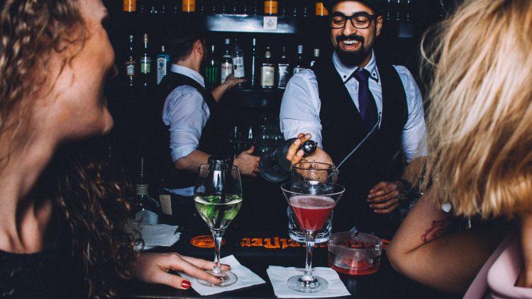 """So sieht die After-Work-Party in Schöneberg aus: Am Tresen der """"Trompete"""" mixen die Barkeeper leckere Cocktails und Longdrinks zusammen."""