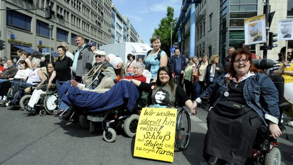 Berlin soll barrierefrei und integrativ werden. Dafür setzen sich Leute auch auf der Straße ein. Einige gute Ansätze gibt es aber bereits.