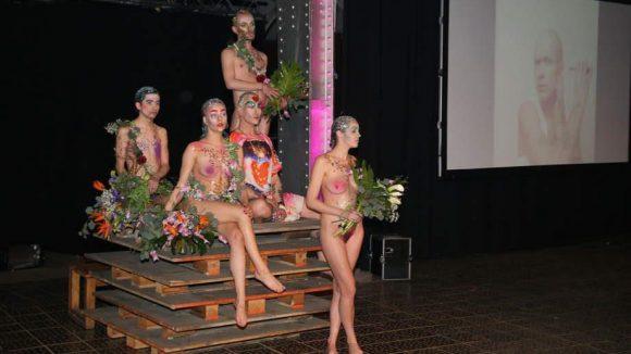 """Bas Kosters ist auch Veranstalter der """"Anti Fashion Party"""". Ganz in diesem Sinne ließ er einige seiner Modelle im Adam- und Evakostüm auftreten."""
