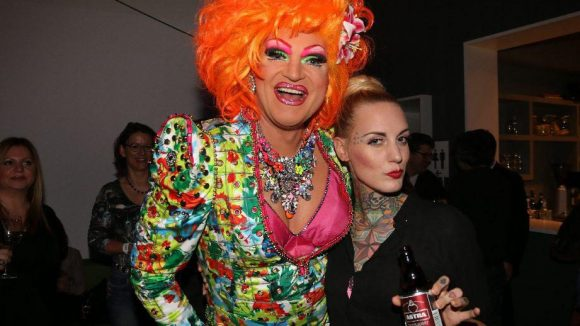 Etwas schriller waren diese beiden Gäste: Drag Queen Olivia Jones (l.), Tattoo-Model Lex Hell (und noch mehr Product Placement).