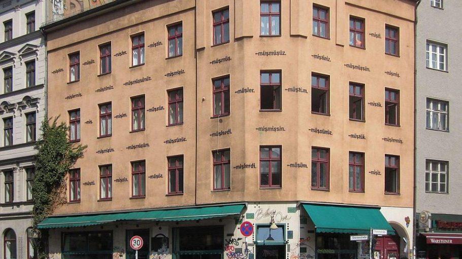 Das Bateau Ivre ist eine sehr beliebtes Café-Bar am Kreuzberger Heinrichplatz.