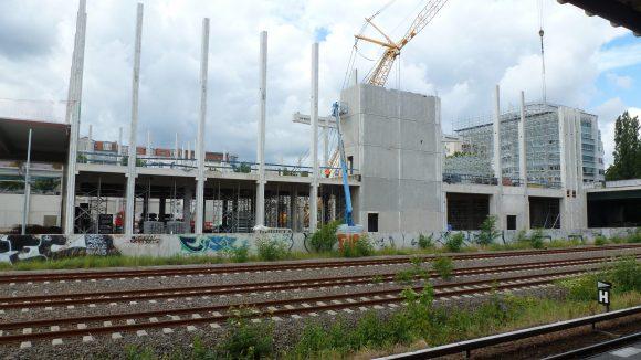 Ende Juni stand noch nicht einmal der Rohbau - Mitte Juli wurde schon Richtfest gefeiert. Der Termin für die geplante Neueröffnung der Bauhausfiliale Ende 2013 könnte also eingehalten werden.