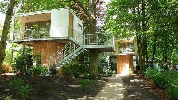 Futuristisch und doch irgendwie harmonisch gliedert sich das Baumhaus-Duo in die Nachbarschaft ein.