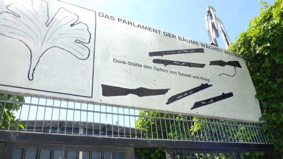 Der Berliner Aktionskünstler Ben Wagin errichtete das grüne Areal zum Gedenken an Opfer von Gewalt und Krieg.