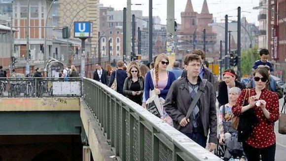 Auf dem Weg, allein, mittendrin: die tägliche Qual entlang der Baustelle am S-Bahnhof Warschauer Straße.