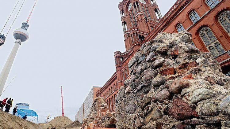 Die gotischen Reste des alten Rathauses sollten im U-Bahnhof sichtbar werden. Jetzt muss das Projekt warten.