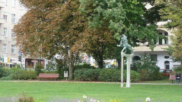 Der nördliche Teil des Bayerischen Platzes - hier brüllt in einer Grünanlage der bayerische Löwe.
