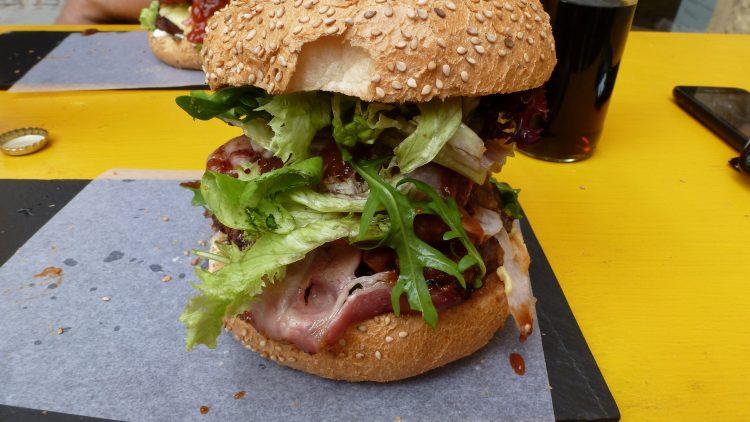 Ein riesiger BBQ-Burger bei der Yellow-Burgermanufaktur. Riesig ist jedoch nur der Burger, der Geschmack bleibt dabei auf der Strecke.