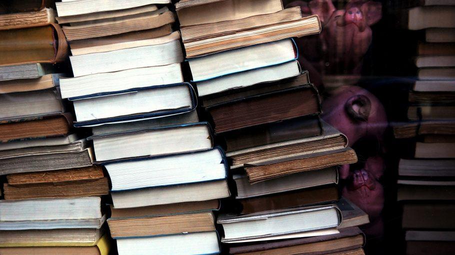 In diesen fünf linken Buchläden findest du Literatur zu verschiedenen Themen.