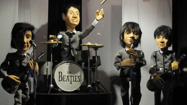 Puppentheater kann auch Erwachsene glücklich machen! In der Schaubude erwartet dich heute zwar keine Miniatur der Beatles, dafür aber ziemlich gute Laune.