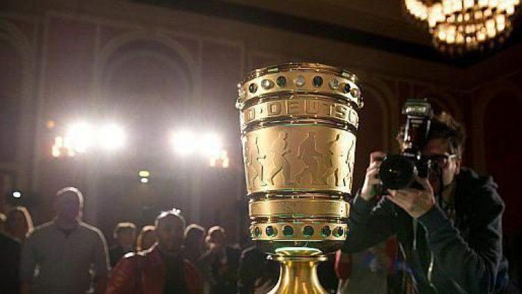 Der DFB-Pokal in voller Pracht! Bei diesem Anblick schlagen Fan- und Fußballerherzen höher.