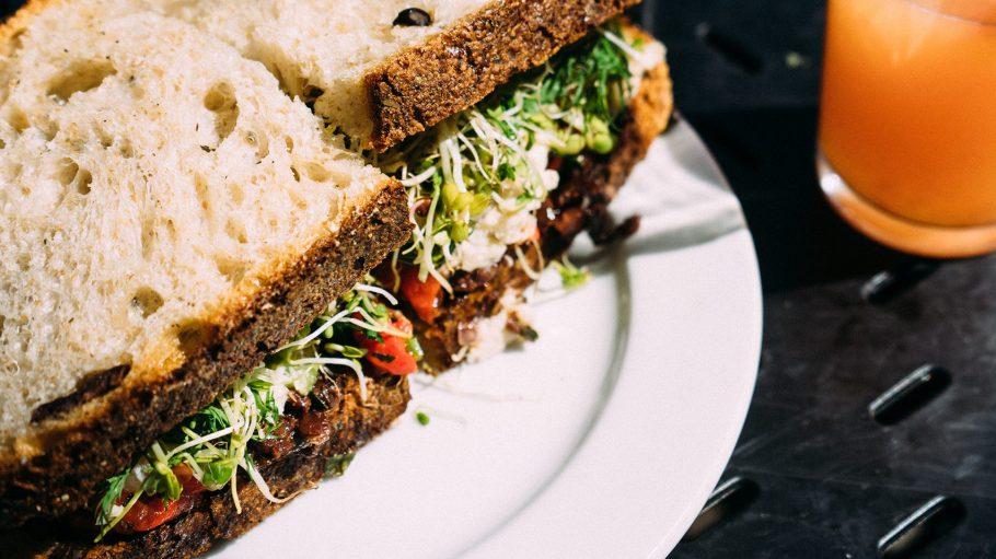 Die leckeren Sandwiches mit selbstgemachtem Graubrot werden mit frischen Zutaten belegt.
