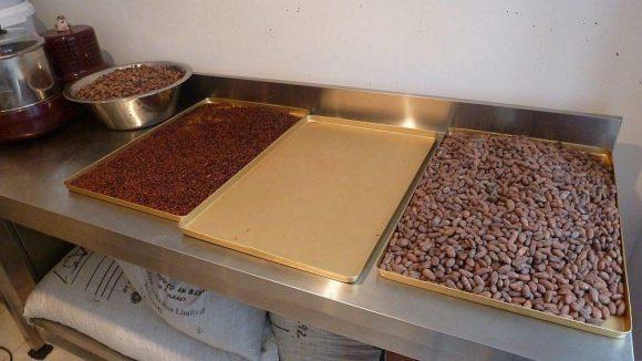 Kakaobohnen vor und nach der Zerkleinerung.