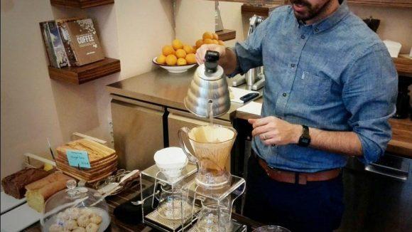 Auch Tee kann man so professionell zubereiten wie Kaffee - das beweist Wissem Ben Rahim in seinem Laden in den Hackeschen Höfen.