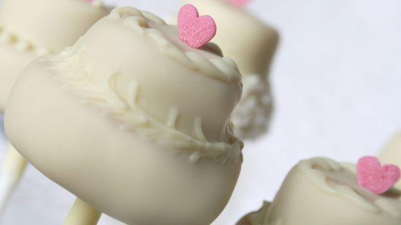 Cake Pops im Hochzeits-Look - liebevoll in der Backstube von Ben und Bellchen hergestellt.