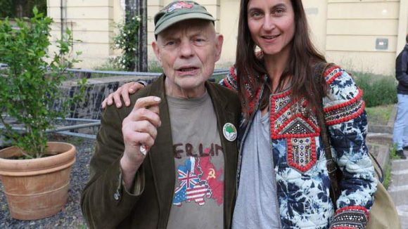 Unter den geladenen Premierengästen: Künstler und Umweltaktivist Ben Wagin in Begleitung von Daphne.