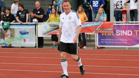"""SPD-Politiker Thomas Oppermann vom FC Bundestag. Sein """"Club"""" siegte am Ende mit 2:0."""
