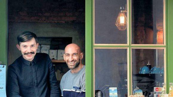 """Benjamin Pates (li.) und Namy Nosratifard haben eine leer stehende Kreuzberger Pförtnerloge zum """"Concierge Coffee"""" veredelt."""