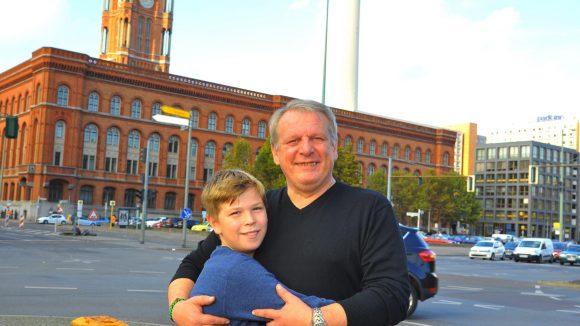 Wettbewerbsgewinner: Der 12-jährige Benjamin Schäfer hat mit seiner Klasse an der Pettenkofer-Grundschule den ersten Preis im Aufsatzwettbewerb zum Mauerfall belegt. Er hatte aufgeschrieben, wie sein Vater Frank Schutter die Nacht des Mauerfalls erlebte.