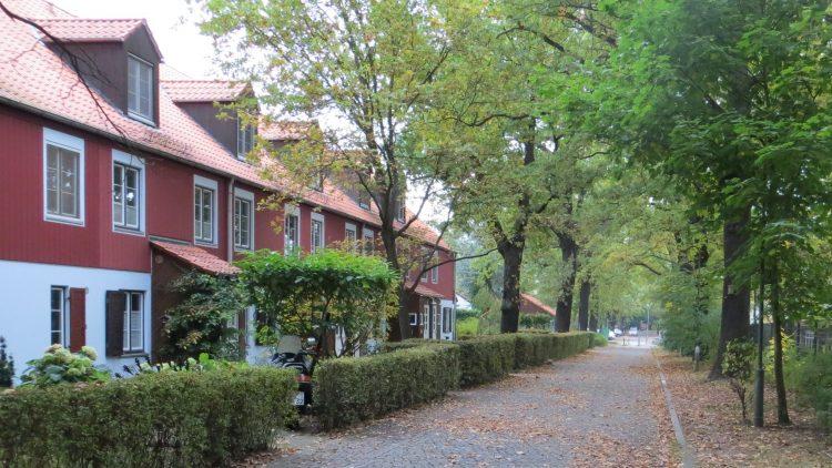 """Blick in die Benschallee in Düppel. Hier startet unser Spaziergang durch die """"Gartenstadt""""."""