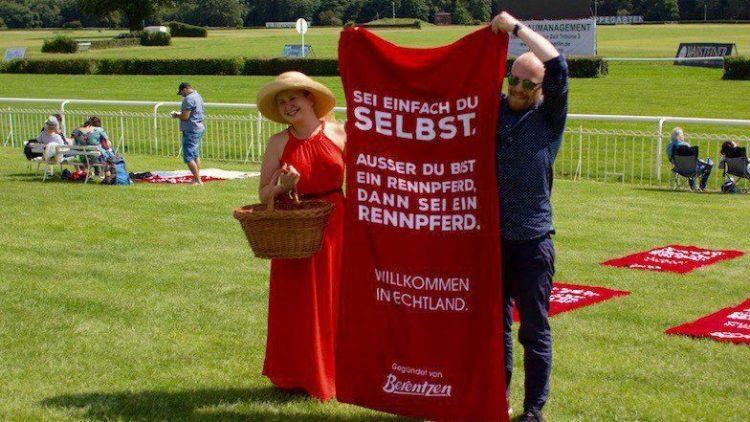 """Rotes Handtuch statt roten Teppich gab's am Sonntag auf der Rennbahn Hoppegarten bei der Berentzen-Aktion """"Willkommen in Echtland""""."""