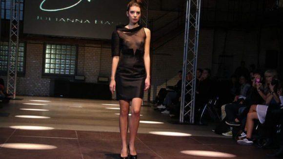 Weniger bunt, dafür sehr elegant: das Kleine Schwarze von Juliana Baas.