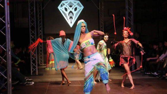 Für ein wenig Abwechselung zwischendrin sorgte eine Tanzgruppe in Stricksachen des Londoner Designers Jylle Navarro. Der Belastungstest ist damit bestanden: Die Sachen halten ganz schön was aus.