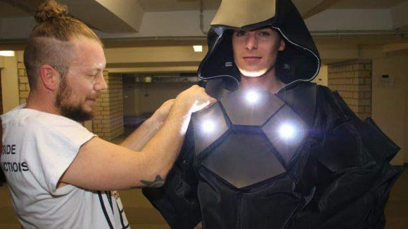 Da wird Darth Vader aber neidisch, sein Brustpanzer leuchtet weniger auffällig. Leuchtet der überhaupt? Wie dem auch sei, er kann ja bei Phoebe Heess ein neues Exemplar bestellen.
