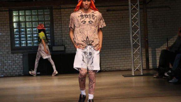 Wer sich nicht traut, seinen Körper mit Tattoos zu verzieren, trägt einfach T-Shirt, Hose und Legging von Roberto Piqueras.