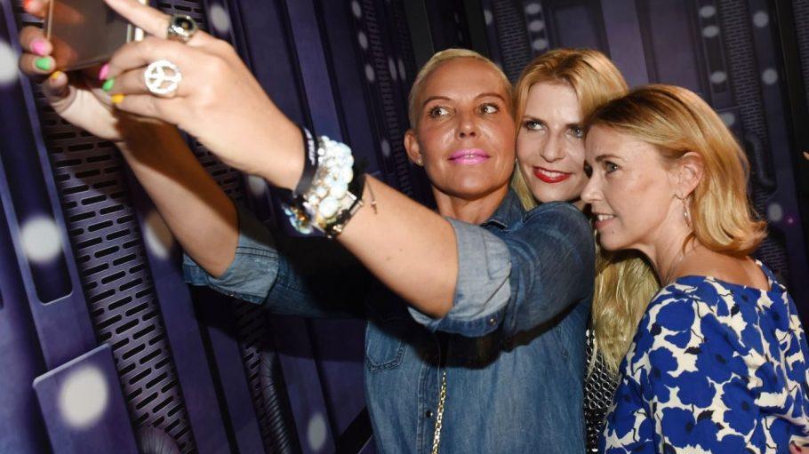 """Natascha Ochsenknecht, Tanja Bülter und Tina Ruland stellen sich vor die Kamera und nehmen dich mit hinter die Kulissen. Mit """"Berlin Blonds""""."""