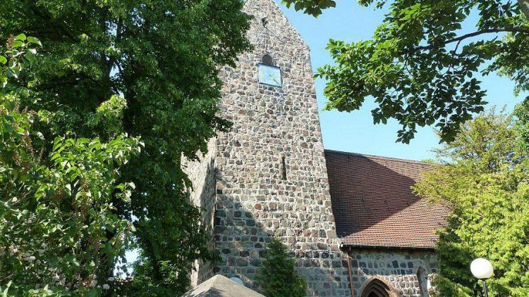 Die Dorfkirche von Buckow stammt ursprünglich aus dem 13. Jahrhundert und ist damit das mit Abstand älteste Gebäude im Stadtteil.