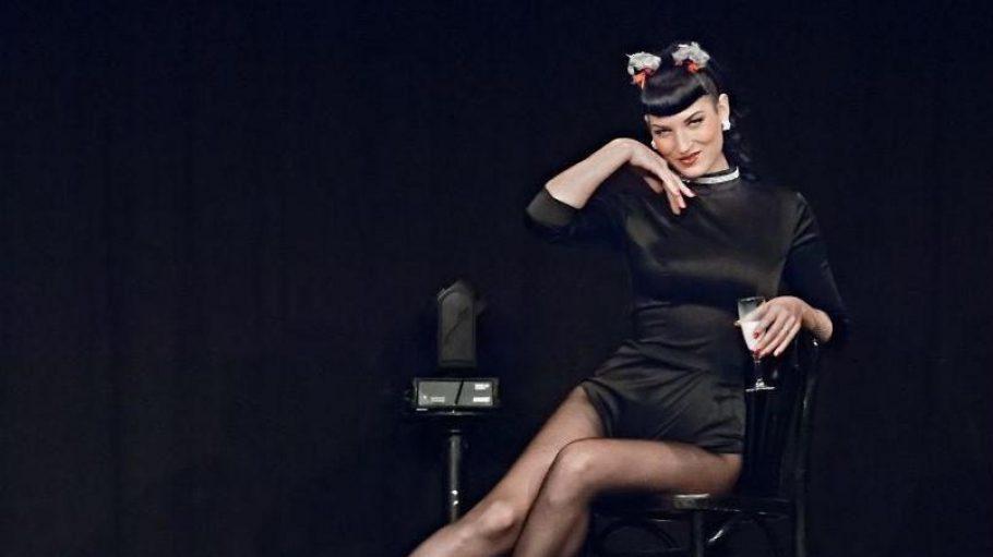 """Die Künstlerin Djamila gehört zum Team des """"Carrousel Ooh La Laa"""" und zu den Organisatorinnen der Berlin Burlesque Week."""