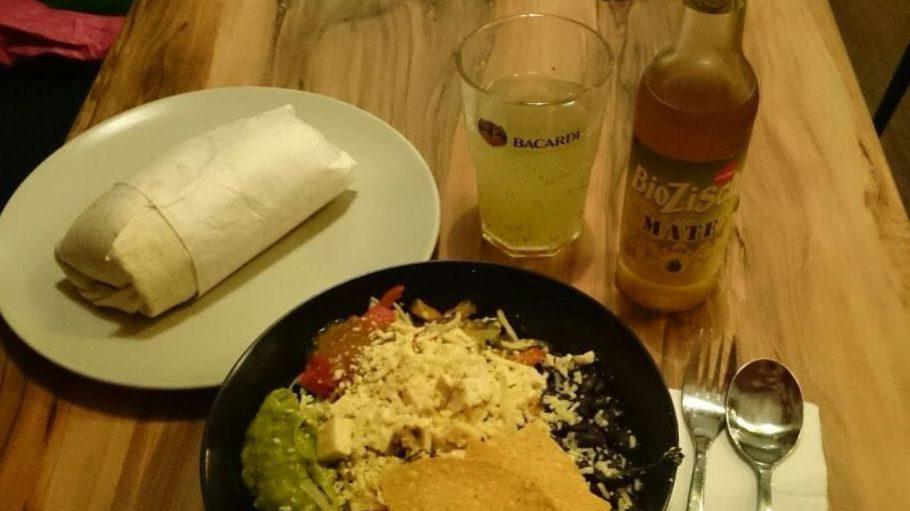 Die Burrito Bowl mit Chips und Salat nebst dem Klassiker Burrito Beef.