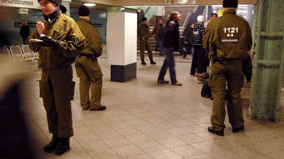 Berlin, deine Dealer, deine Drogen, deine U-Bahn. Es ist ja nicht, dass die Polizei gar nichts versucht. Hier ein Bild aus dem Jahr 2008 bei einer Drogenrazzia in Gesundbrunnen.