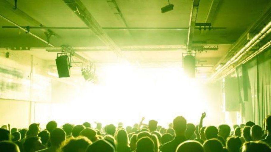 Auf der Bühne im Glashaus spielte am Samstagabend unter anderem das Elektropop-Duo HVOB.