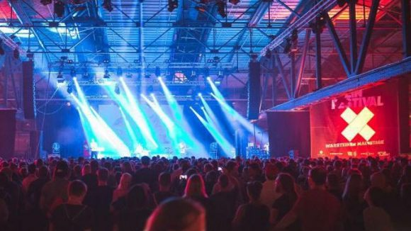 """Volle Bude: Am Freitag spielten """"Austra"""" als zweiter Act auf der Mainstage."""