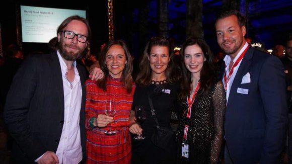 ... die Organisatoren Alexander van Hessen (links), Alexandra Laubrinus (2.v.r.) und Sandro von Czapiewski (rechts) mit Gil Eilin Jung (Mitte) vom Restaurant Quadriga ...
