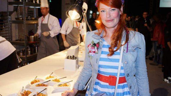 Weiter gehts zur Berlin Food Night, die im Kraftwerk gefeiert wurde. Mit dabei waren Enie van de Meiklokjes ...