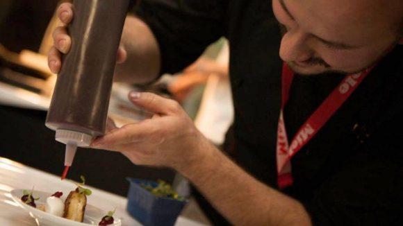 Beim Kreieren des Desserts.